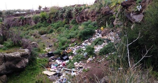 rifiuti in contrada Rapilli, vicino Badalato