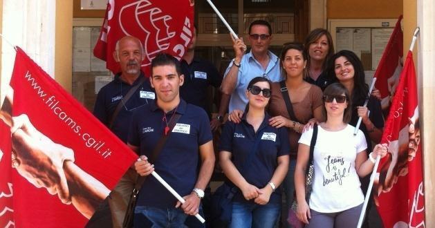 """Una protesta dello scorso anno davanti al palazzo comunale dei lavoratori della cooperativa """"L'Airone"""""""