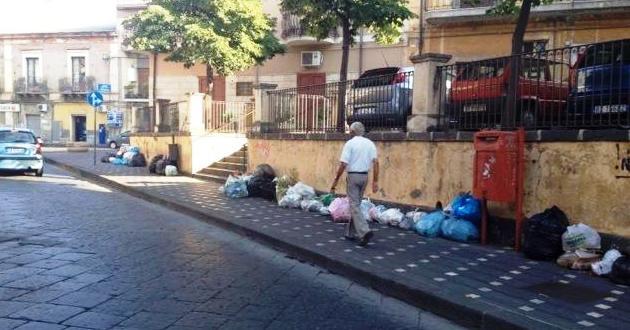 Spazzatura in zona Idria in una recente giornata di protesta dei netturbini per stipendi non pagati