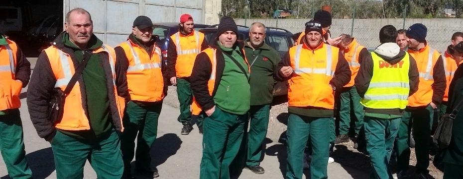Un gruppo di lavoratori della Dusty nel cantiere di Biancavilla