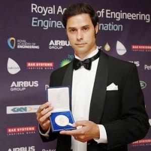 Dino Distefano con la medaglia d'argento della Royal Academy of Engineering