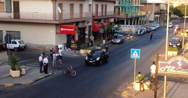 La Toyota Yaris e la bici in mezzo alla strada (foto Symmachia)