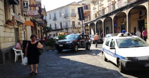 Carabinieri e vigili urbani intervenuti nella tabaccheria di via Vittorio Emanuele