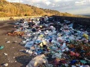 rifiuti sulla strada della vergogna
