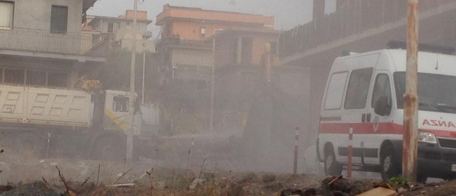 Nuvola di polvere durante la demolizione dell'immobile di via Canada
