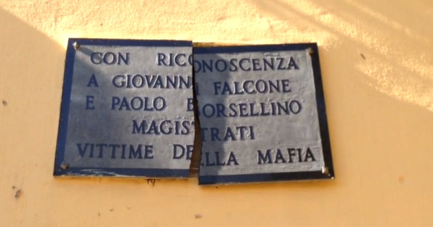 targa-dedicata a-falcone-borsellino-in-frantumi