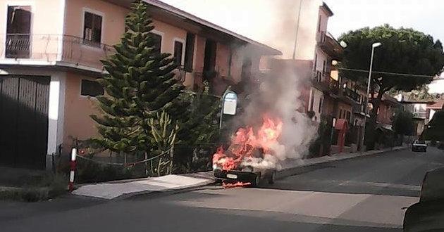 auto-in-fiamme-in-via-colombo