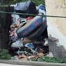 """Due """"cartoline"""" di ordinaria inciviltà Spazio attiguo al cimitero tra i rifiuti"""