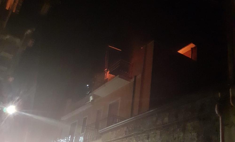 Intervento dei vigili del fuoco del distaccamento di Adrano: forse un corto circuito